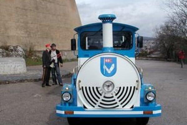 Vláčik začal jazdiť v roku 2006, ľudí vozil zo Svätoplukovho námestia na hrad a späť.