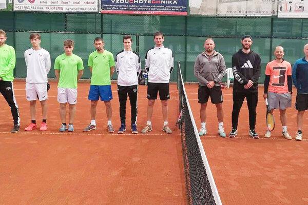 Tenisti Nižnej (vpravo) nastúpili na prvý zápas proti Bytči.