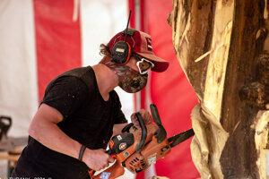 Umelecký rezbár, Vrútočan, Michal Husár mal azda najťažšiu úlohu. Opracovával najtvrdší kus agátového dreva.