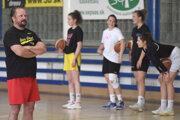 Tréning tímu Young Angels. Vľavo generálny manažér Daniel Jendrichovský.