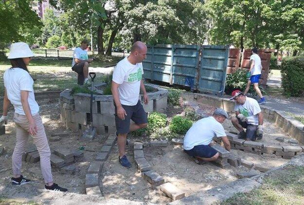 Dobrovoľníci pomáhajú v areáli OZ Brána do života, ktoré poskytuje starostlivosť ľuďom v krízovej životnej situácii.