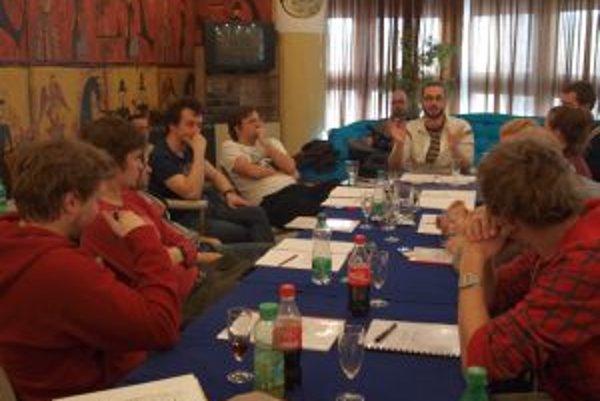 Herci a tvorcovia počas prvej čítačky hry Kto je tu riaditeľ.