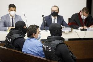Obvinený podnikateľ Marian Kočnera (uprstred v popredí) počas začatia verejného zasadnutia na Najvyššom súde.