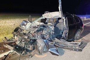 Zdemolované auto po zrážke.