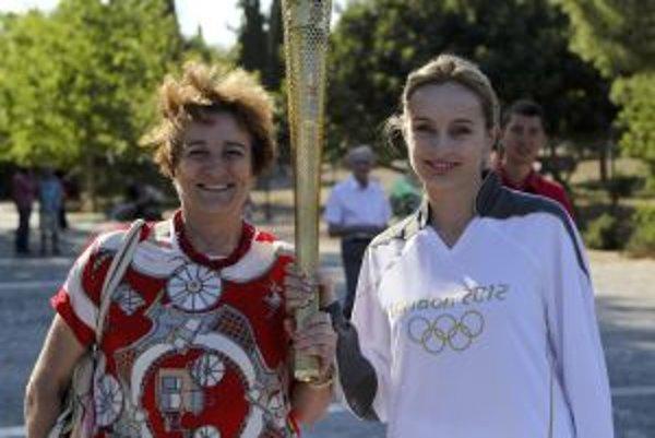 Atlétka Mária Vrabcová so svojou mamou, s olmypijskou pochodňou.