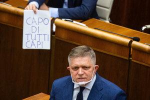 """Matovič na konci Ficovho vystúpenia použil nepovolenú vizuálnu pomôcku. Na papieri za Ficom ukázal na papieri napísané """"capo di tutti capi,"""" čo v taliančine znamená šéf šéfov."""