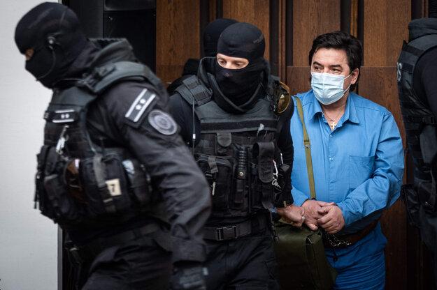 Marian Kočner prichádza v sprievode eskorty do pojednávacej miestnosti Najvyššieho súdu.