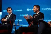 Na snímke rakúsky kancelár Sebastian Kurz (vľavo) a predseda vlády SR Eduard Heger.