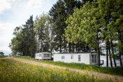 V pobrežných pásoch lesa si majitelia osádzajú mobilné domy bez povolenia.