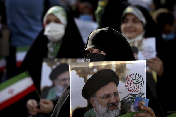 Favoritom volieb je Ebráhím Raísí, na snímke jeho podporovatelia.