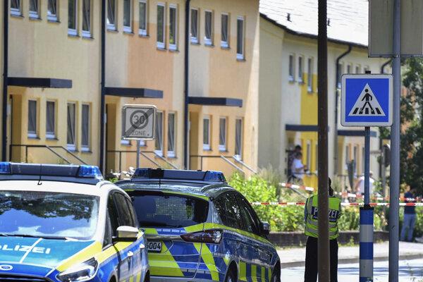 Policajti stoja pred domom v nemeckom meste Espelkamp.