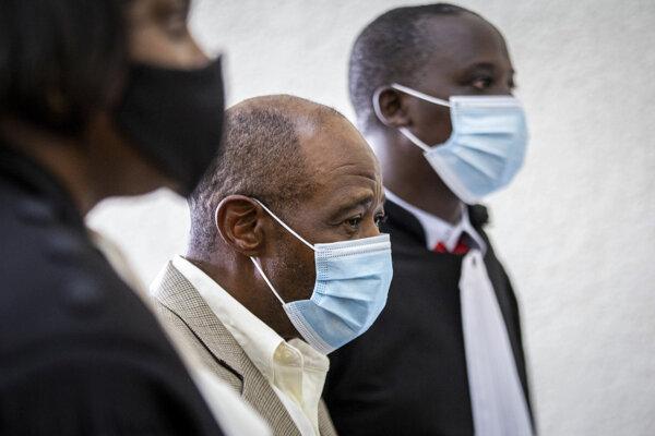 Na archívnej snímke zo 14. septembra 2020 kritik vlády Paul Rusesabagina (uprostred), hrdina filmu Hotel Rwanda, ktorý je obvinený z terorizmu, prichádza na súd v Kigali.