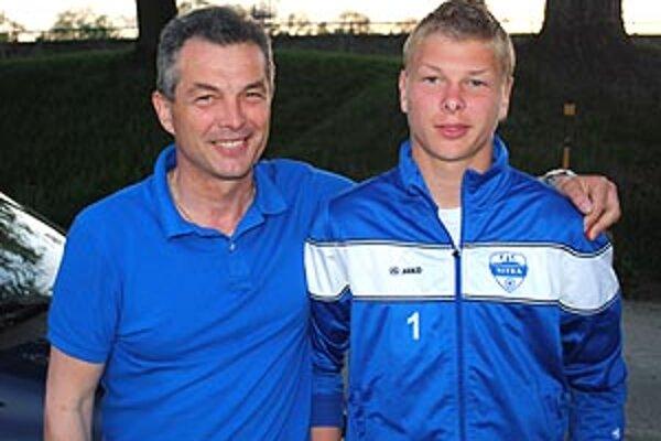 Talentovaný gólman Matej Dovičovič s otcom.