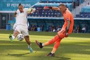 Marek Hamšík atakuje brankára Robina Olsena v zápase Slovensko - Švédsko na EURO 2020.