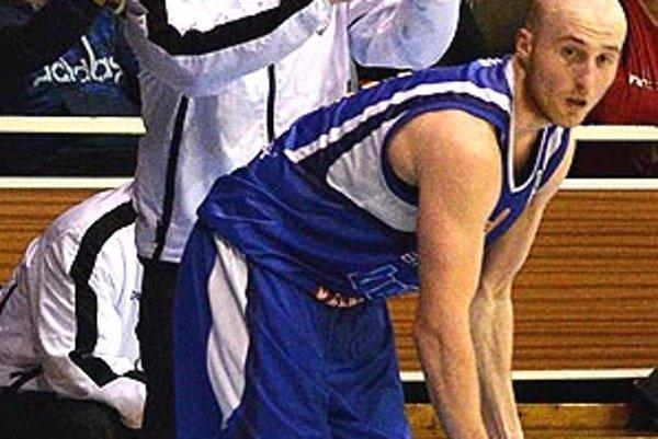 Tréner Nitry Ľubomír Urban počas zápasu v Spišskej Novej Vsi. Pred ním rozohrávač Milan Žiak.
