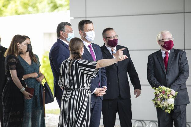 Predseda vlády SR Eduard Heger (tretí sprava) počas stretnutia s predsedníčkou Európskej komisie vo Vedeckom parku Univerzity Komenského.