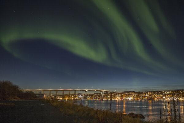 Severná polárna žiara nad nórskym prístavnám mestom Tromso.