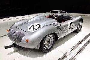 Automobilka Porsche vyrábala pretekársky model 718 v rokoch 1957 až 1962.