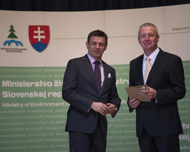 Vtedajší šéf envirorezortu László Sólymos a vpravo vedecko-výskumný pracovník Výskumného ústavu vodného hospodárstva Radoslav Bujnovský.