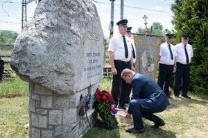 Predseda parlamentu Boris Kollár kladie veniec pri pamätníku železničiarov.
