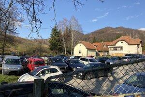 Parkovanie turistov po ceste na Kľačiansku Maguru hnevá miestnych. Parkovanie v minulosti vyzeralo aj takto.