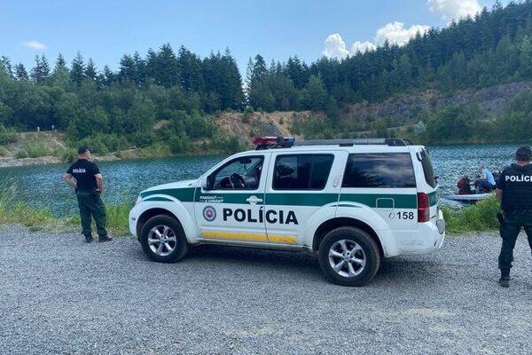 Policajti vytiahli telo utopeného mladíka z vody kameňolomu.