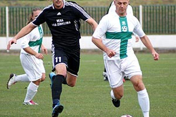 Andrej Ivan (vľavo) sa vracia z Vrábeľ do Veľkých Loviec.