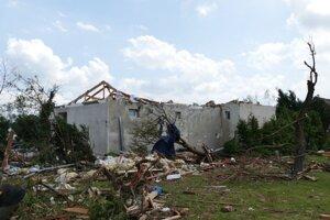 Materiálne škody po silnej búrke a tornáde v obci Lužice v Juhomoravskom kraji, ktoré sa nachádza neďaleko hraníc so Slovenskom v piatok 25.júna 2021.