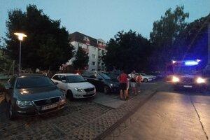 Požiar balkóna v bytovke na ulici Gejzu Dusíka zamestnal hasičov.