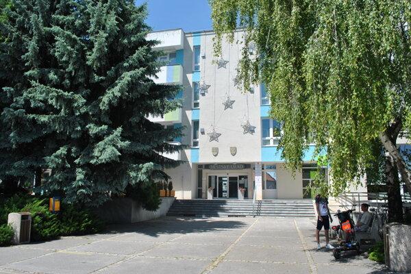Mestský úrad vo Vrábľoch. Tu sa nachádza pracovisko ÚPSVR.