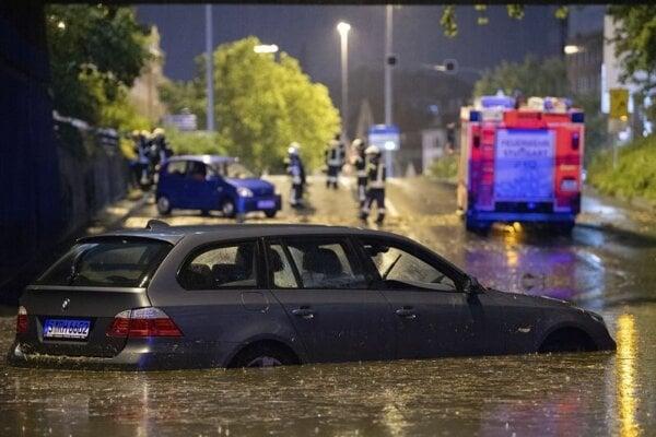 Zaplavená ulica v Stuttgarte.