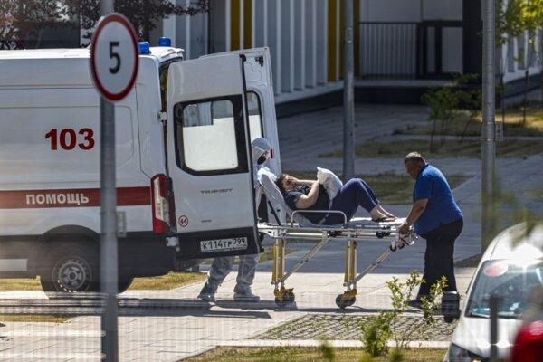 Zdravotníci prevážajú na nosidlách pacienta s podozrením na koronavírus do nemocnice v Moskve.