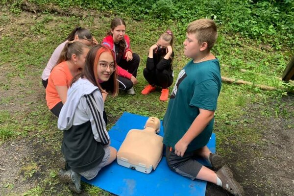 Na jednom stanovisku sa deti naučili poskytnúť prvú pomoc.