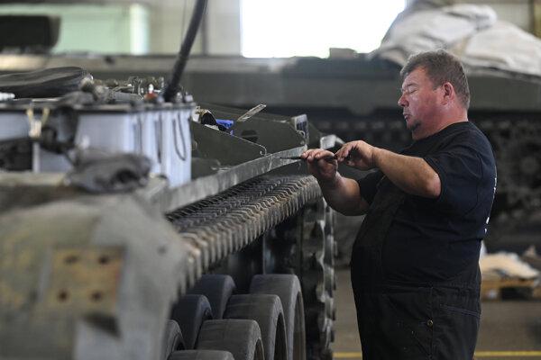 Zamestnanec vo výrobných priestoroch počas prezentácie v trenčianskej spoločnosti MSM Land Systems.
