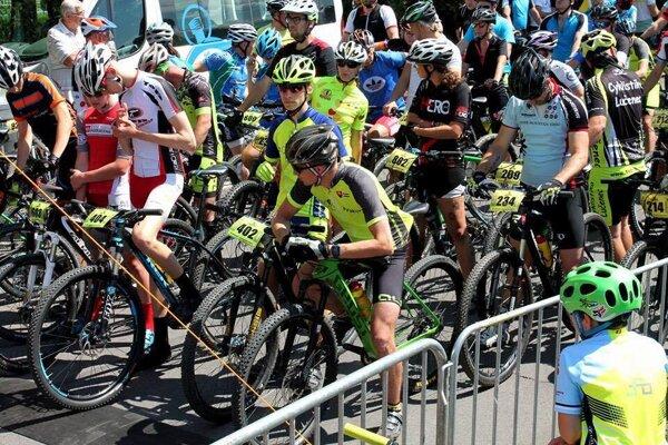 Cyklisti pripravení na štarte