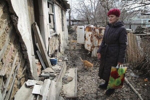Žena prišla skontrolovať svoj dom na území kontrolovanom separatistami po ostreľovaní v blízkosti kontaktnej línie na predmestí Donecka na východe Ukrajiny.