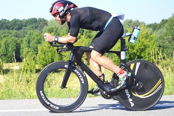 Michal Holub sa cítil na cyklistickej časti výborne, až kým nedostal defekt.