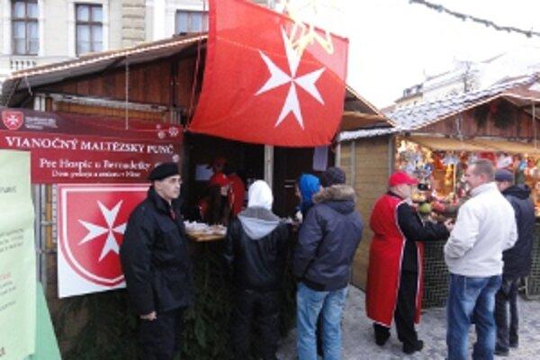 Maltézski rytieri predávali v stánku punč.