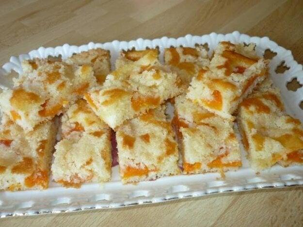 Šťavnatý hrnčekový koláčik s marhuľami