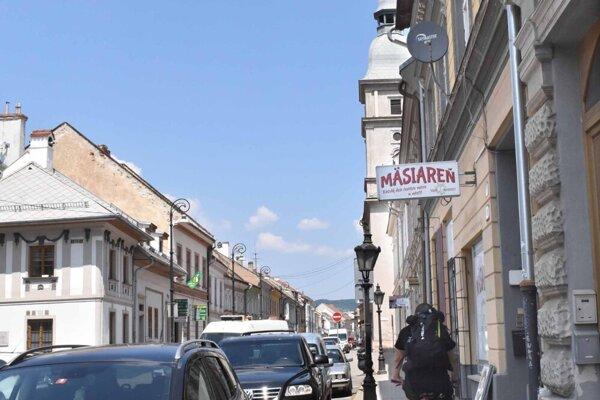 Mäsiarska ulica niesla svoj názov už od stredoveku, sídlili na nej mäsiari. Premenovaná bola iba počas socializmu.