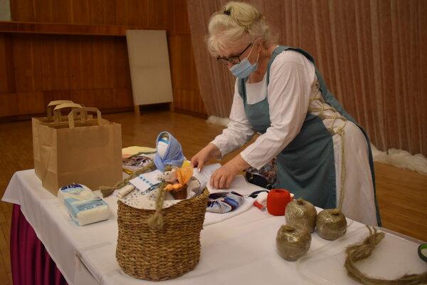Gabriela Balvirčáková učí, ako si vyrobiť motanku.