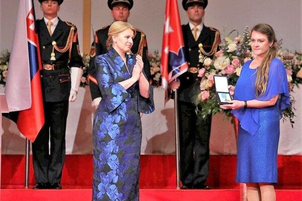 Štátne vyznamenanie zrúk prezidentky republiky Zuzany Čaputovej prevzala manželka Jaroslava Budza – Mária Budzová.