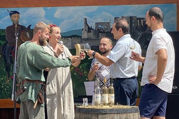 Sprava riaditeľ hradu Peter Pastier, starosta Beckova Daniel Hladký, herečka Lucia Vráblicová a vinár Martin Hrehor.
