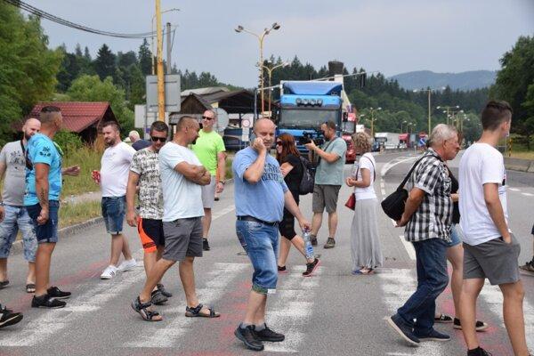 Ľudia vo Svrčinovci protestovali blízko hraníc nepretržitým kráčaním po priechode pre chodcov.