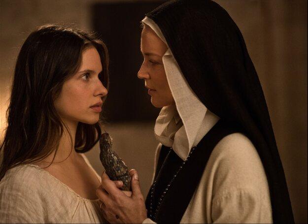 Benedetta: mníšky s erotickou pomôckou.