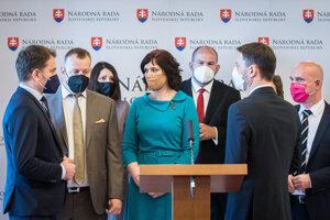 Zľava v popredí minister financií Igor Matovič, predseda parlamentu Boris Kollár, predsedníčka Za ľudí a ministerka investícií Veronika Remišová a premiér Eduard Heger.