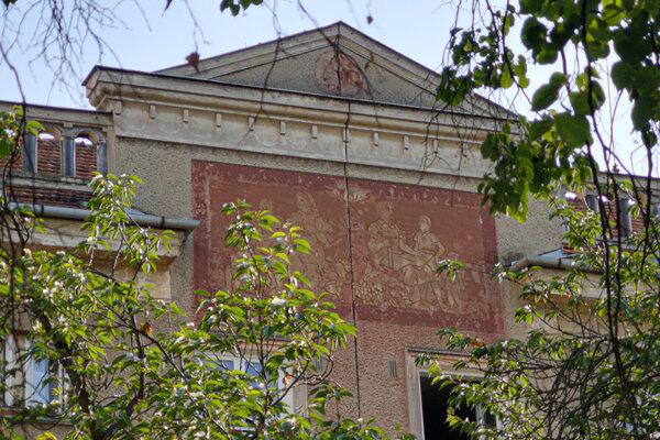 Sgrafitová výzdoba na fasáde sídliska Píly