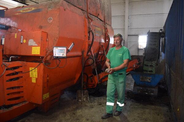 Jaroslav Prokop obsluhuje miešací stroj a fermentor.