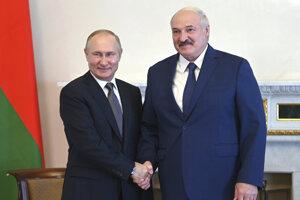 Ruský prezident Vladimir Putin a bieloruský prezident Alexandr Lukašenko.