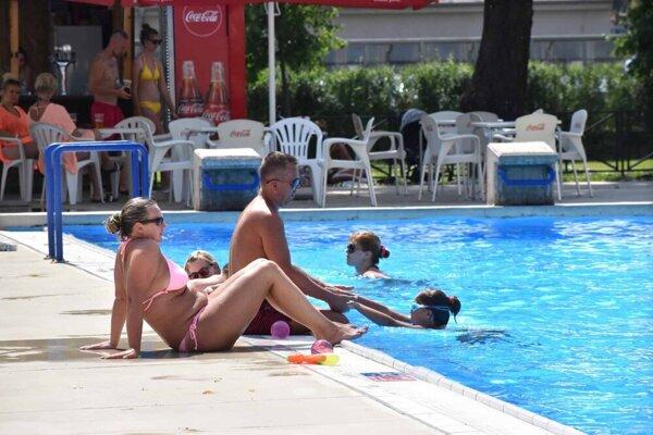 Chladná voda v bazéne je skvelý spôsob ochladenia v horúčavách.